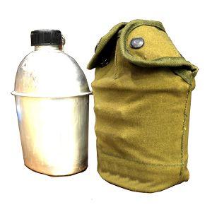 قنينة مياه معدنية مع حافظة قماشية من السنيدي